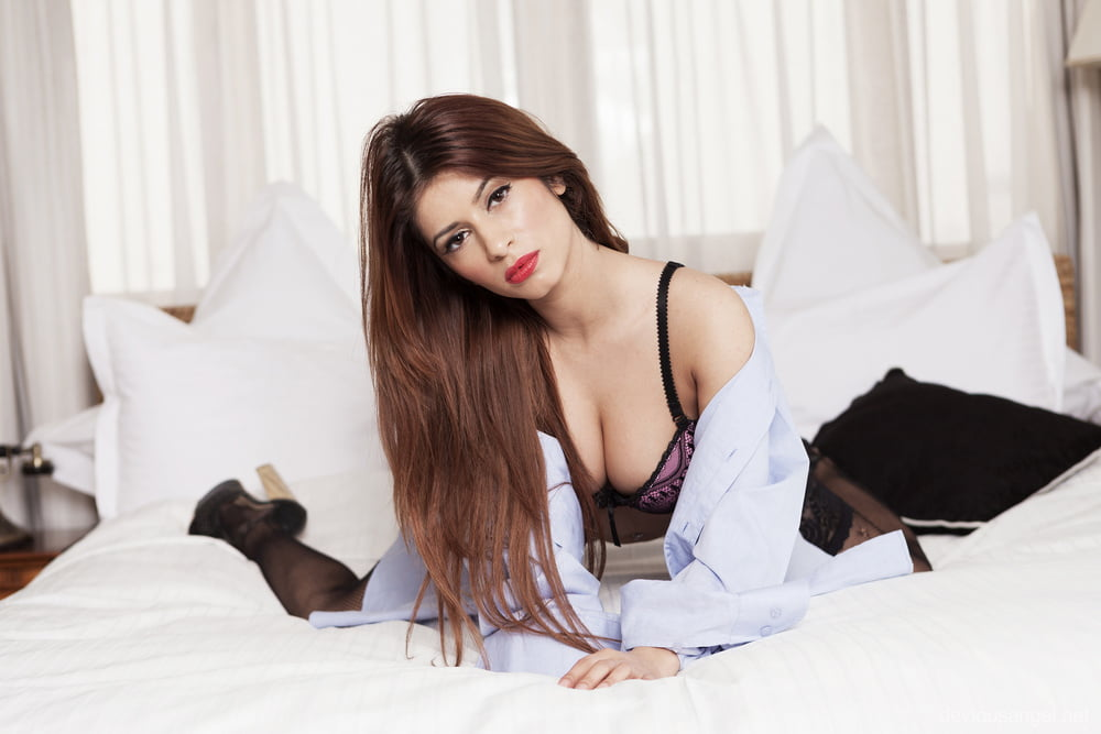 Devious angel sexy model on the bed - 16 Pics