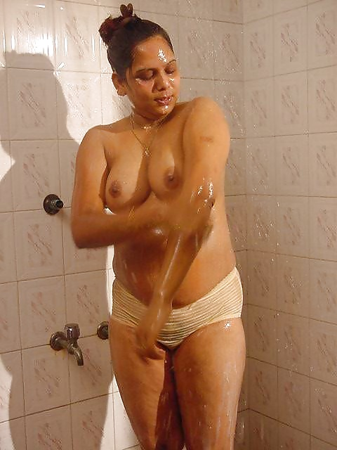 Aunty pussy showering — 6