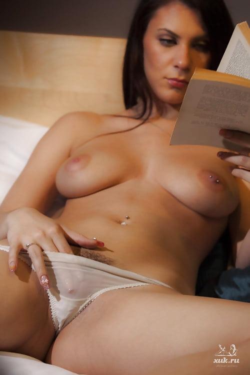 Порно читает и мастурбирует 9