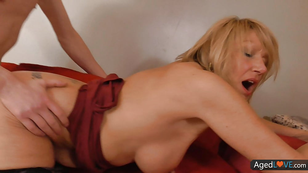 Blonde chick gets her yummy cunt licked