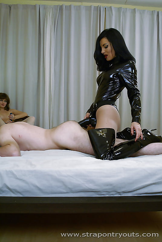 страпонит рабыню порно