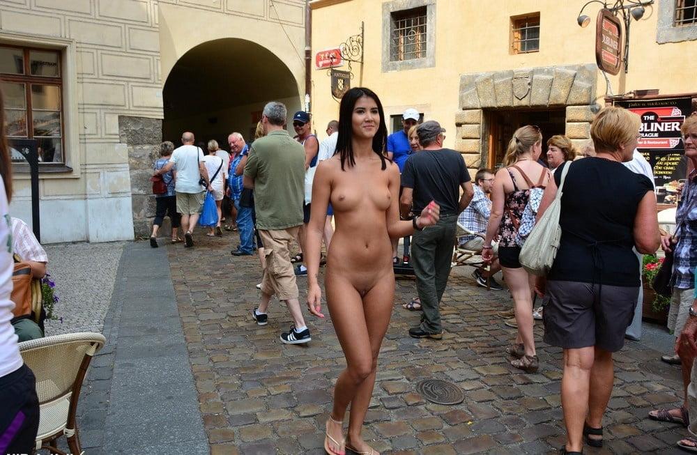 обнаженные девушки на публике фото - 2
