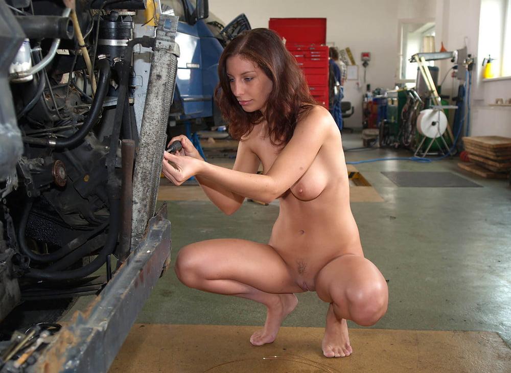 Девушки работают голышом жесткий