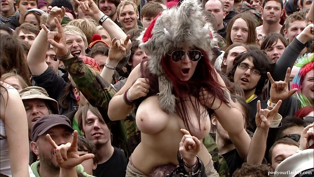 naked-girl-at-concert
