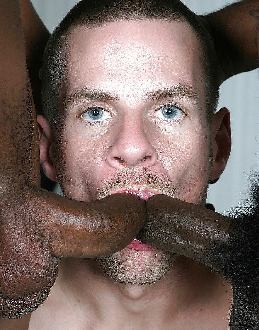 Белый парень сосет большой черный член чак