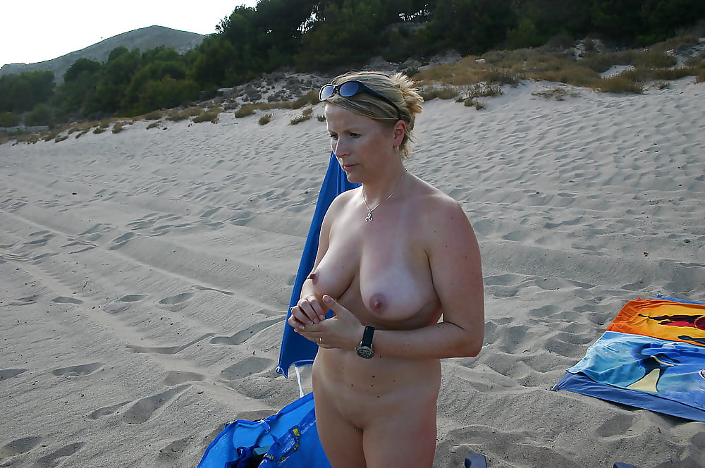 Watch blonde milf gets seduced on the beach to have naughty fun