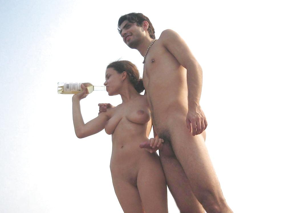 Картинки где голые мужчина показываю член и голые девки