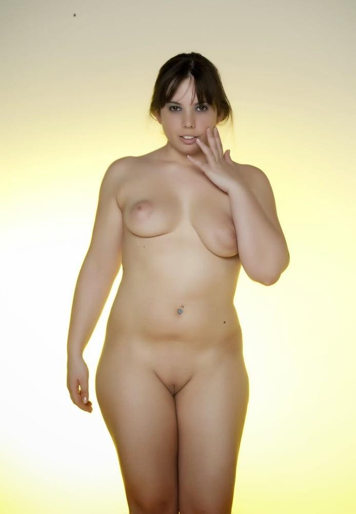 В меру пухлые голые девушки, классные девки в чулках порно