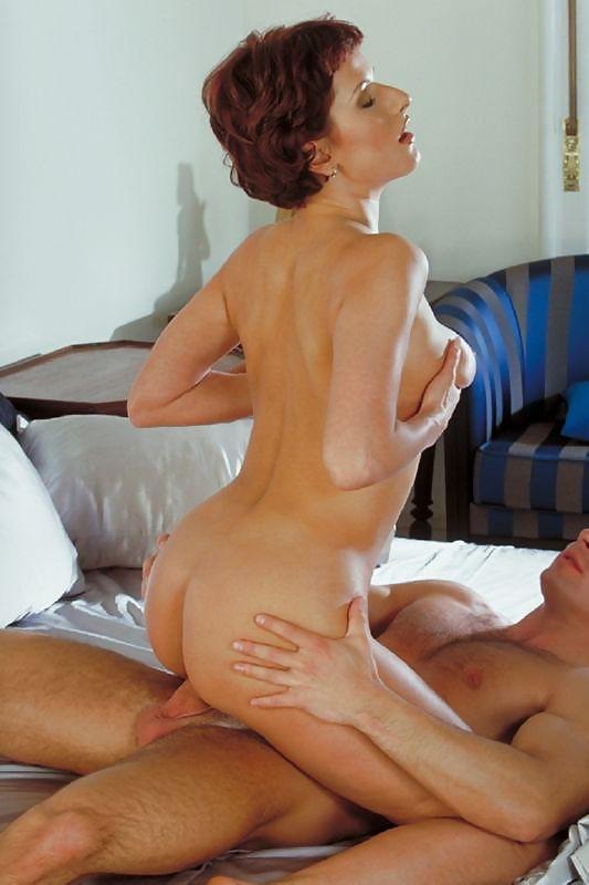 Секс страсть молодой парень и женщина средних лет