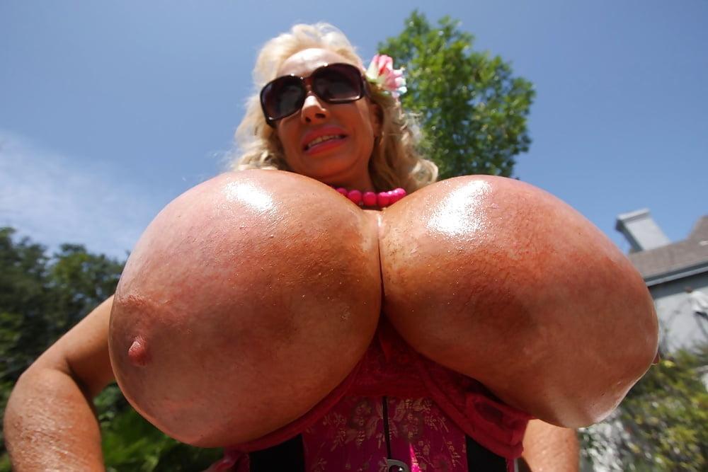 невероятно гигантские груди сдаласть