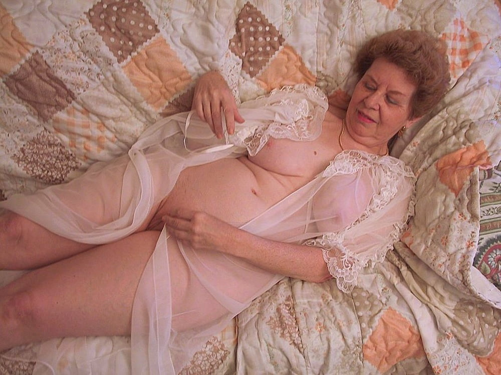 foto-starushek-v-posteli