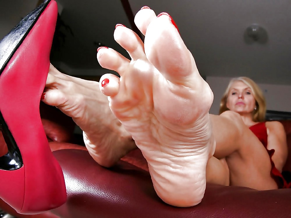 big-sexy-mens-feet-worshipped-by-women