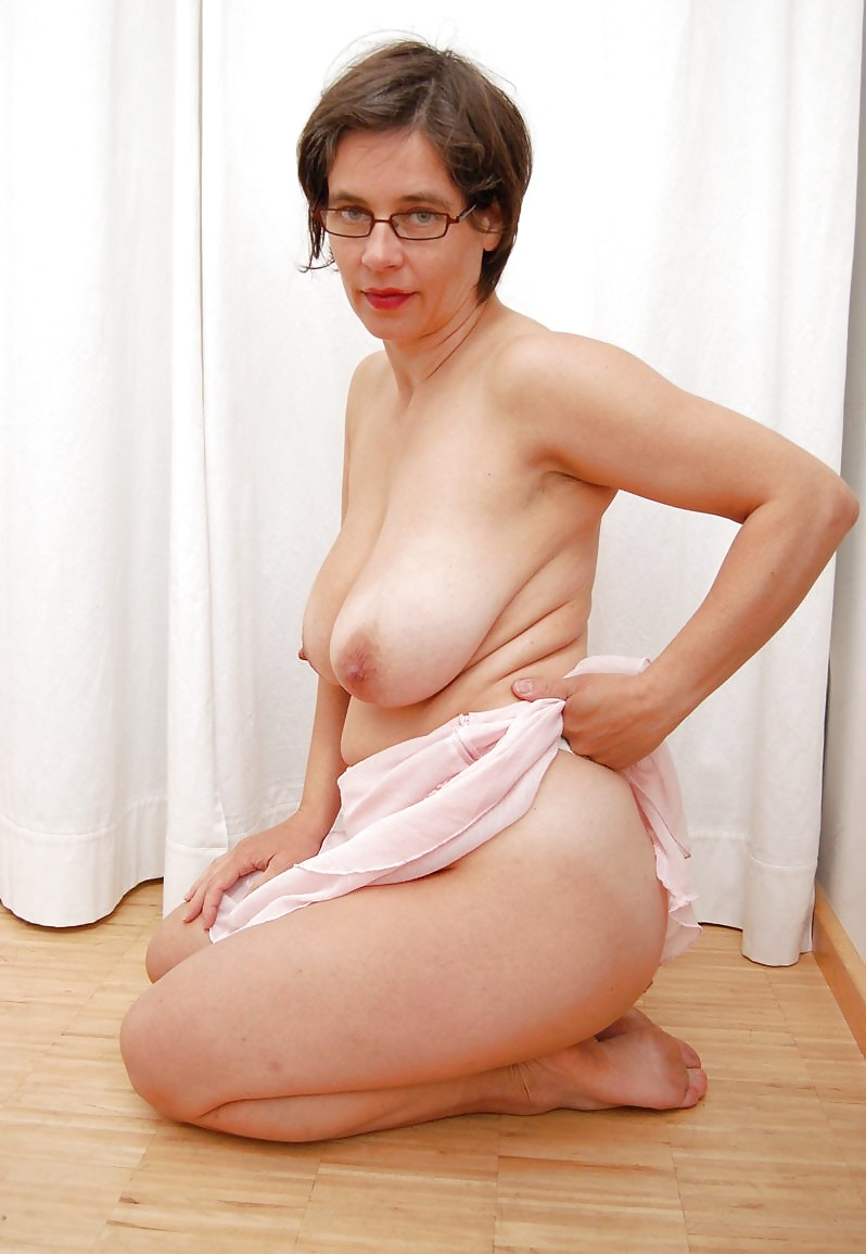 Saggy matures cleavage all downblouse