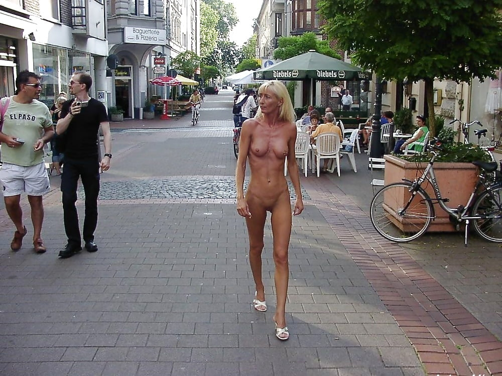 woman-walks-nude-in-city