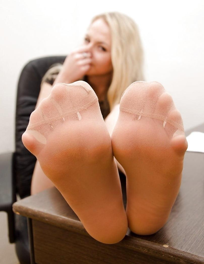 little-sexy-tan-girls-feet-naked-black