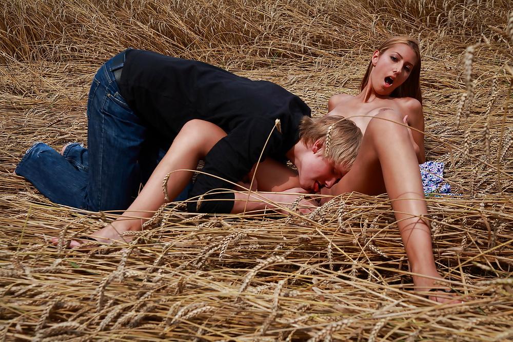 фото сексу в стоге сена молодежи