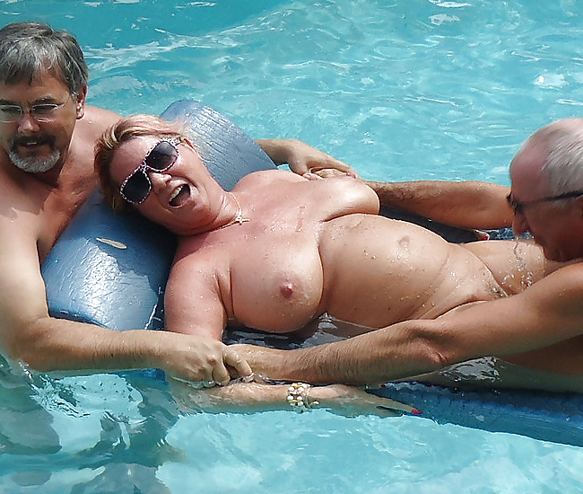 Amateur sex in the pool