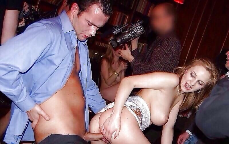 пьяный секс молодой пары в пабе - 8