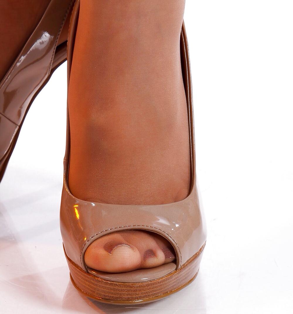 pantyhose-peep-toe-shoes