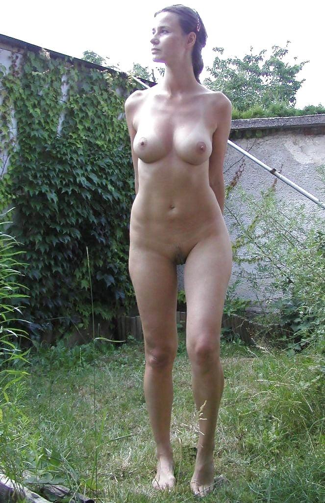 Фото голых жон позирующих дома красивой порнухи