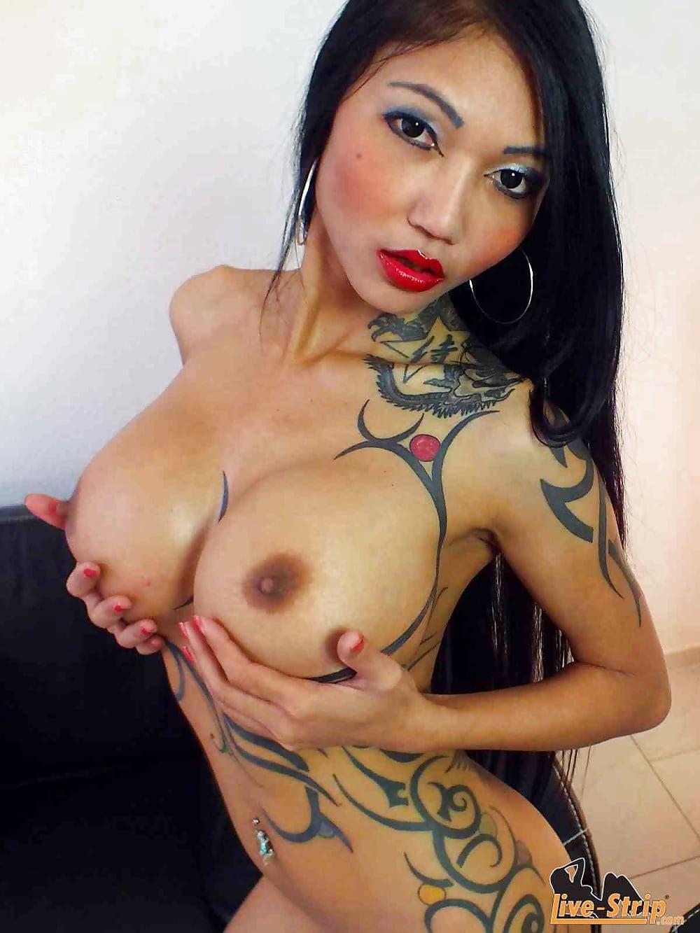 татуированные азиатки с большими сиськами смотреть порно одевает футболку голубым