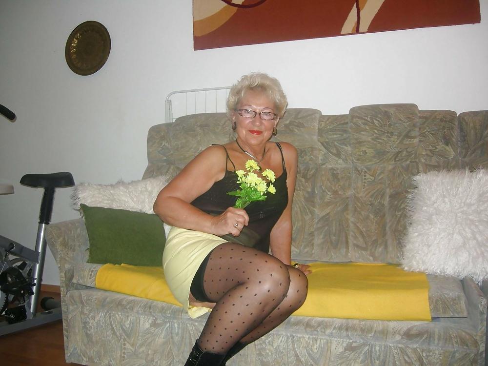 Секс старых шлюх фото мастурбирует свою