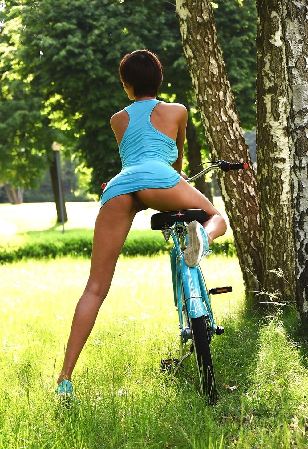 Без трусов в юбке на велосипеде смотреть онлайн