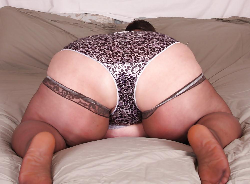 Парень снимает трусы с жирной бабы массаж