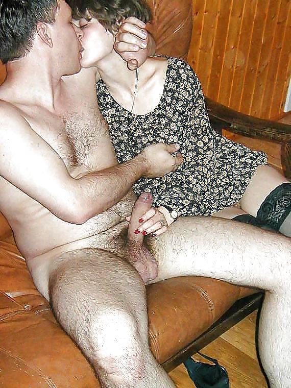 Зрелая жена дрочит мужу на даче