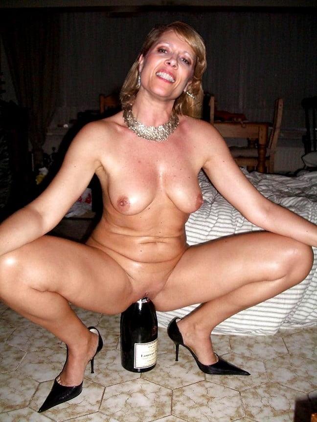 девочки фото пожилую ебут бутылкой потом посмотрим кого