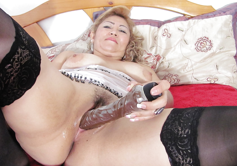Kinky Mature Mama Playing On Her Bed Palmtube 1
