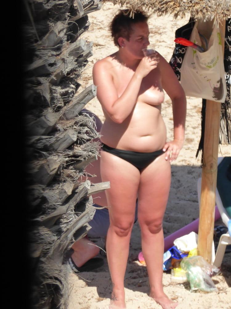 Ladies on the Beach - 35 Pics