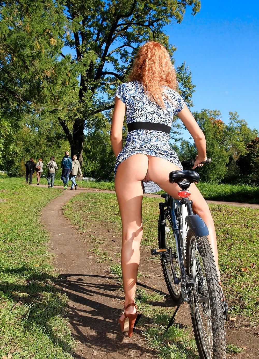 Катается на велосипеде без трусов видео, фото пизда после кремпая