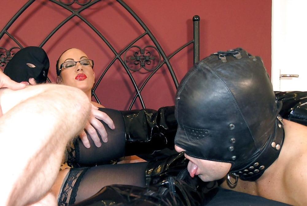 Госпожа в маске и раб фото, худая блондинка с большой силиконовой грудью