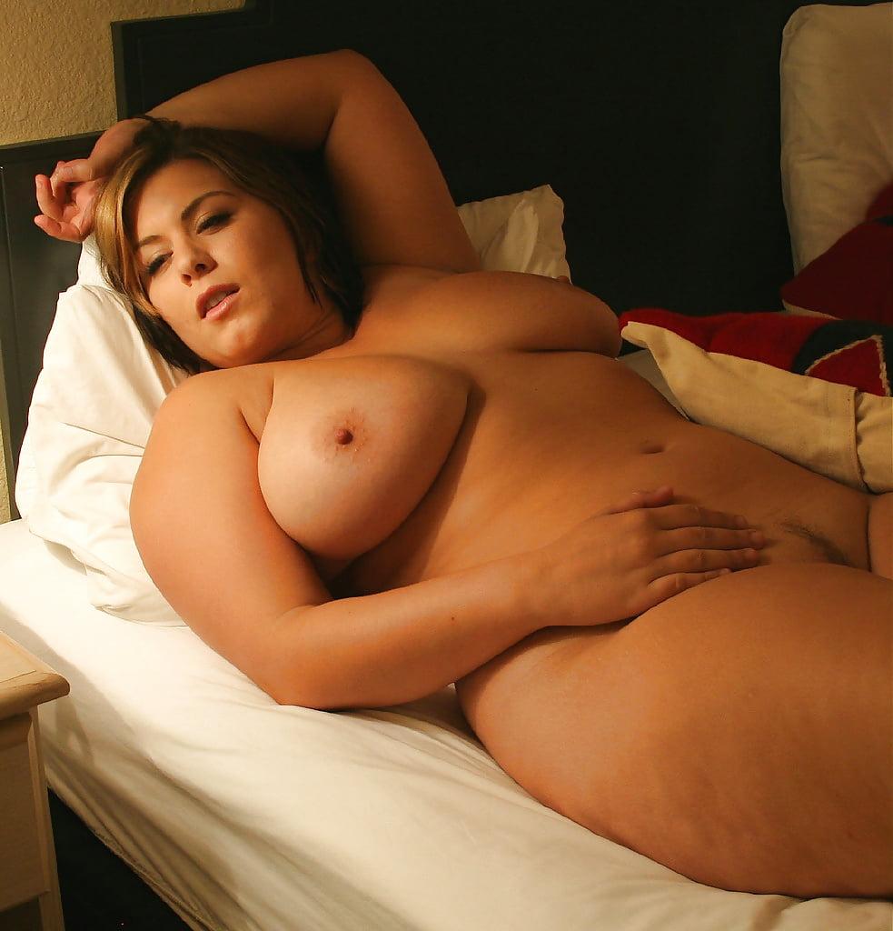 Curvy amateur girl masturbating
