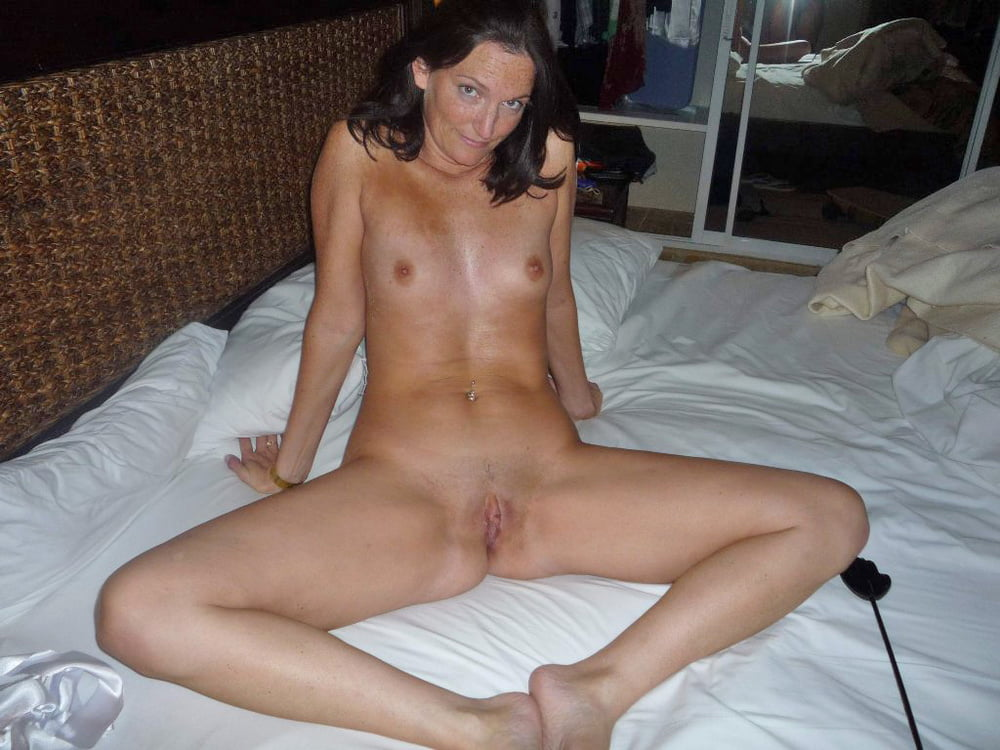 Amateur naked brunette two — photo 2