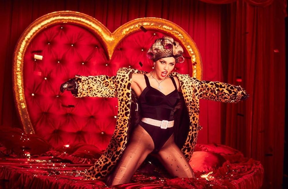 Miley Cyrus Wank Bank - 11 Pics