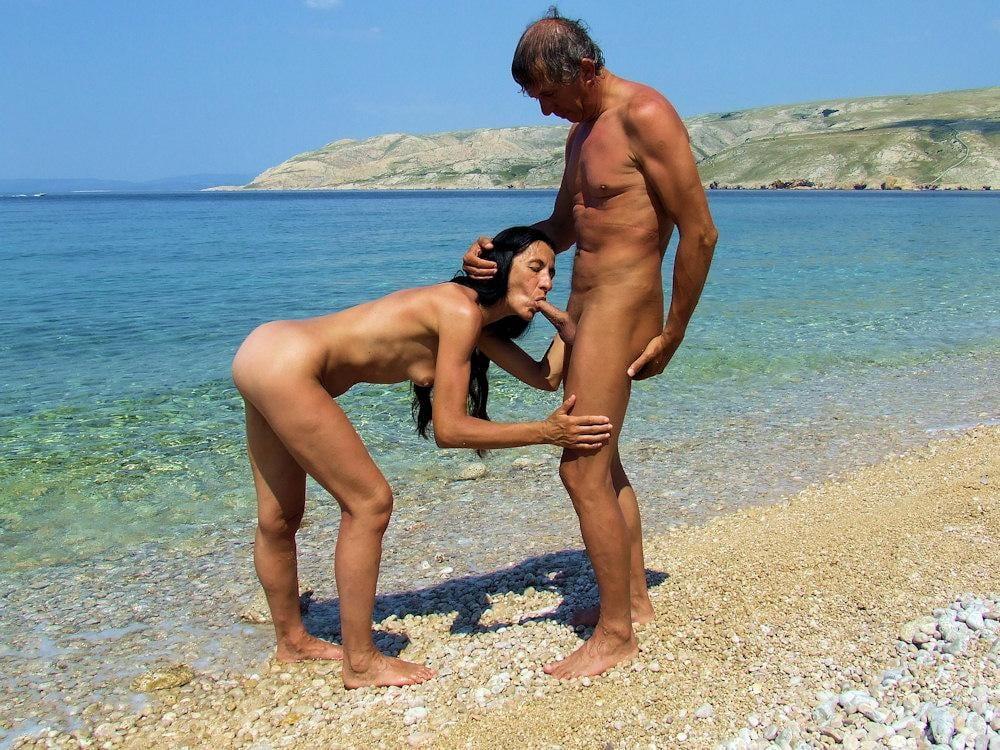 секс за деньги на диком пляже белокурая девушка