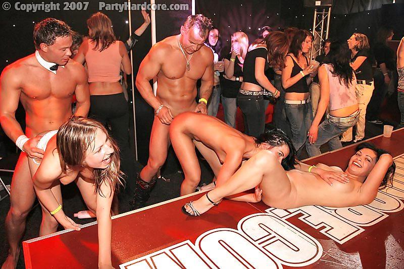 Крупное порно на диско, мужик трахнул симпатичную азиатку фото