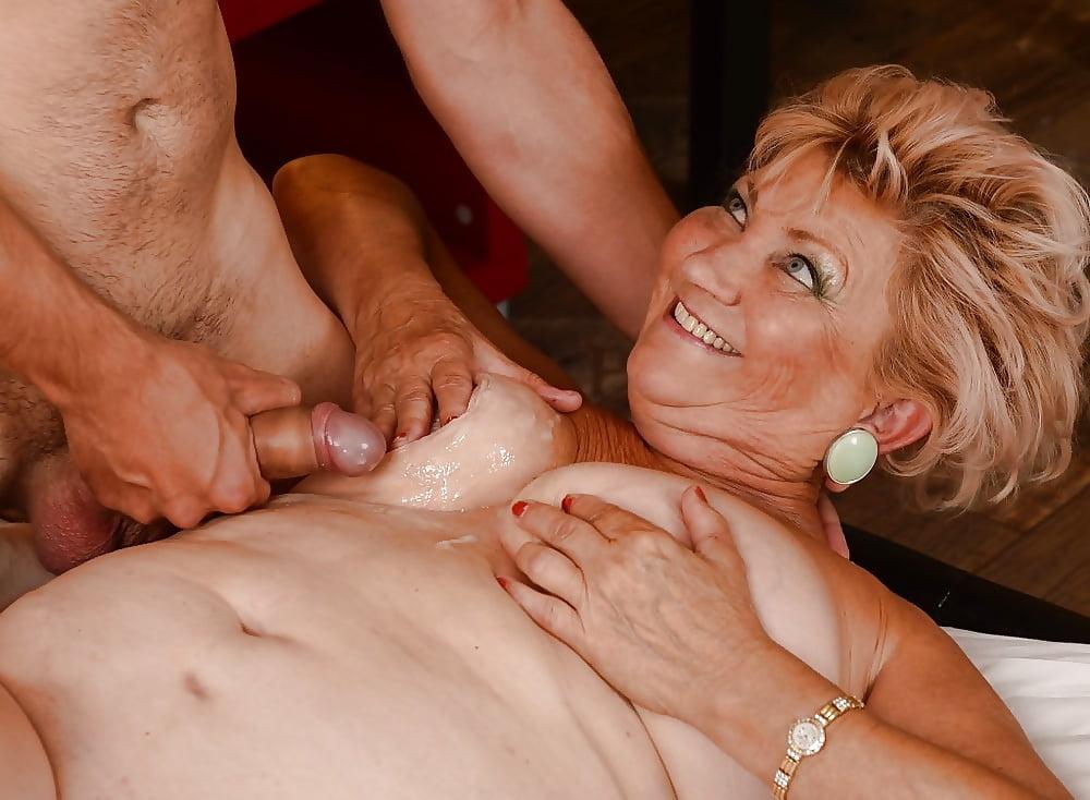 Порнушка старых женщин в сперме, анал с худенькой попкой
