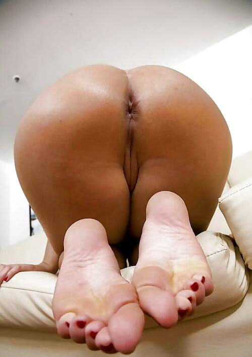 Nude girl feet and booty 5