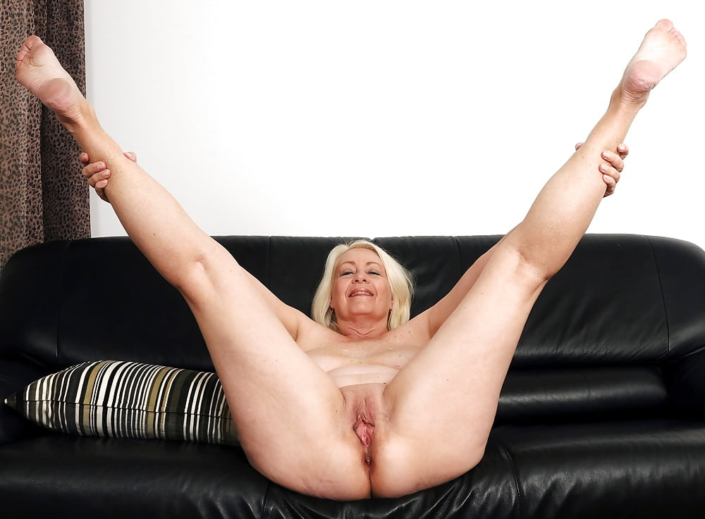 English mature, tanya cox likes to spread her legs wide and play with a dildo