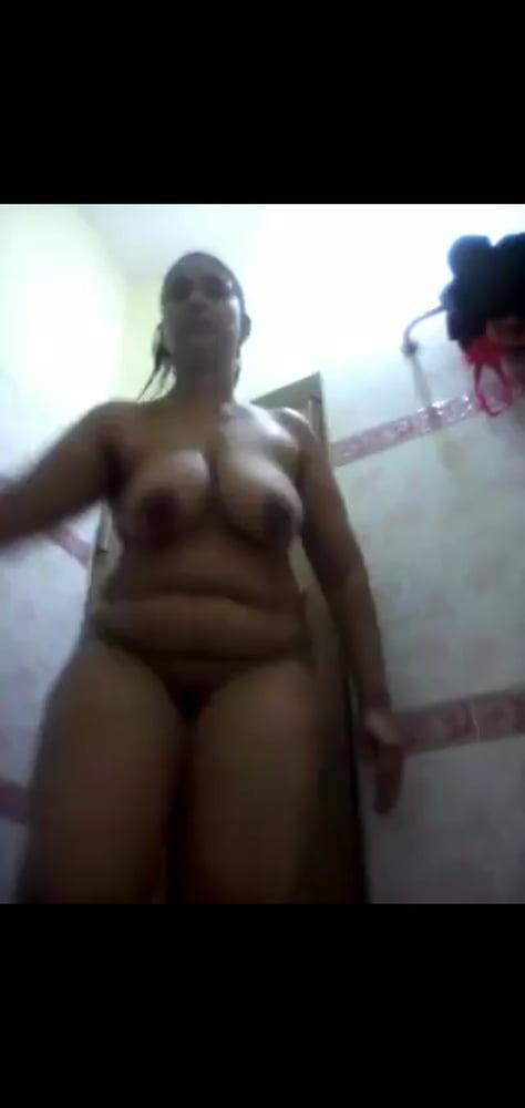 Niluka auntu bath show - 10 Pics