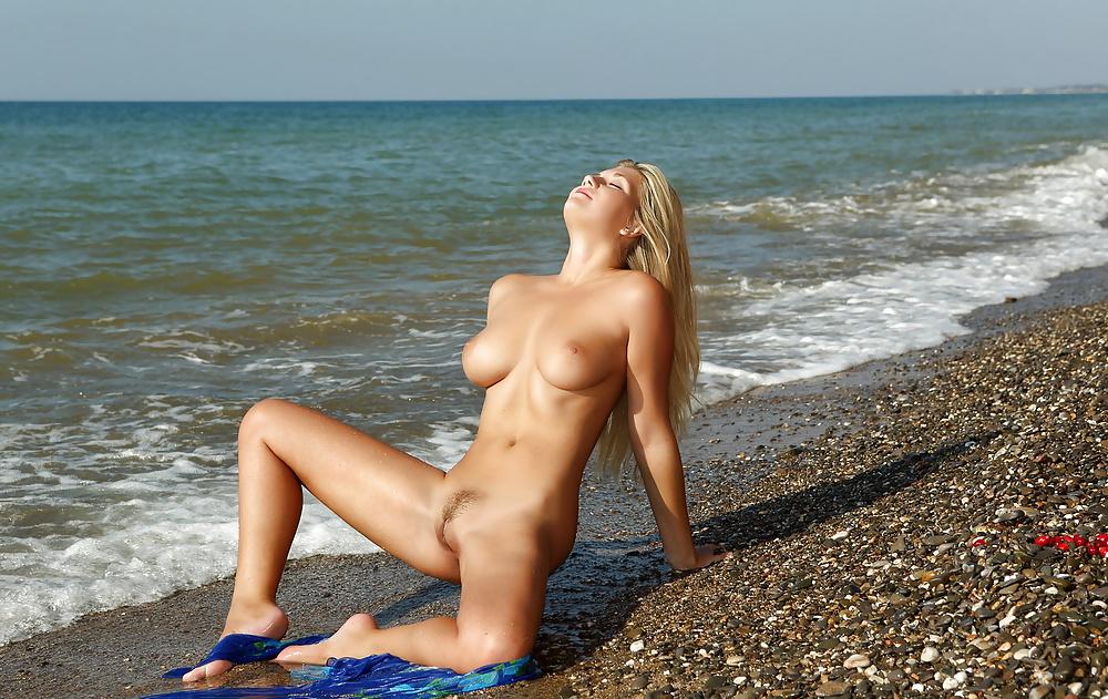 голые девушки на сочинском пляже самой было