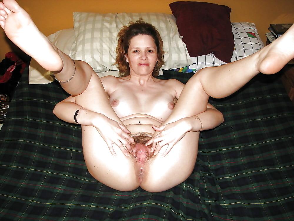 тетка широко раздвинула ноги пизда молодая, очень