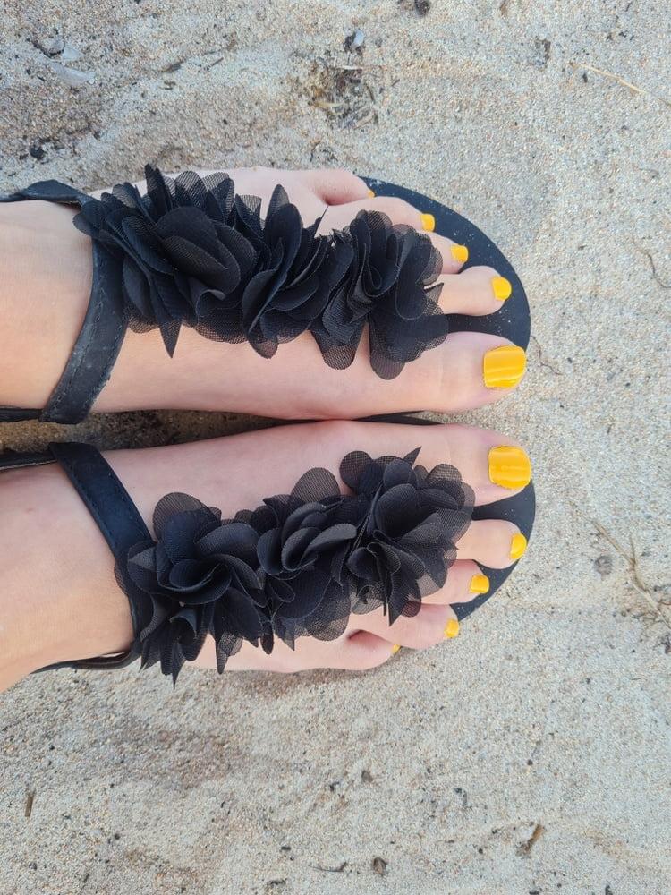 Wife beach feet - 8 Pics