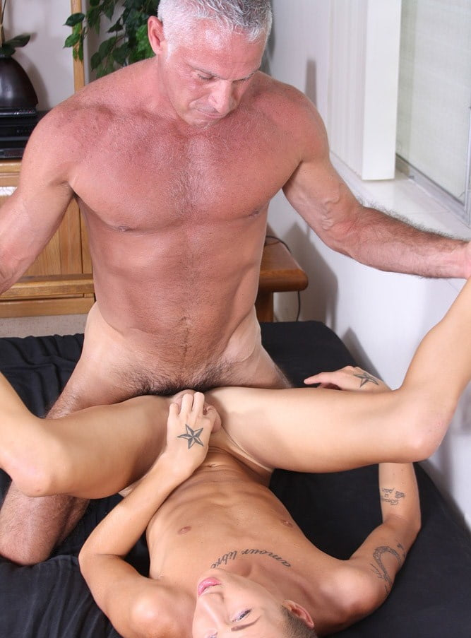 Mature muscle men fuck twinks