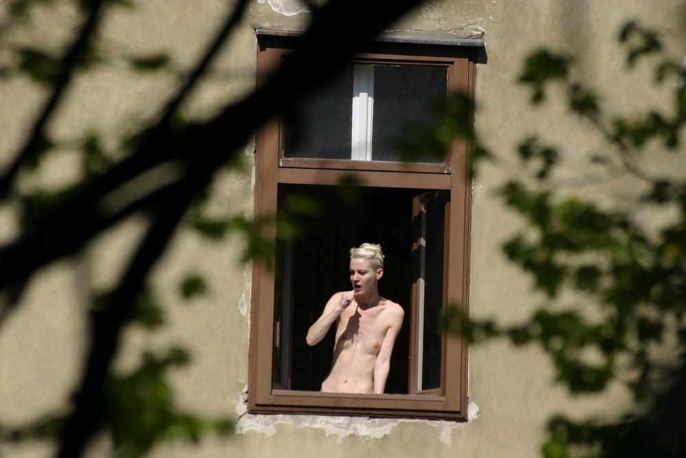 trah-vid-iz-okna-erotika-svadbi-otlizal