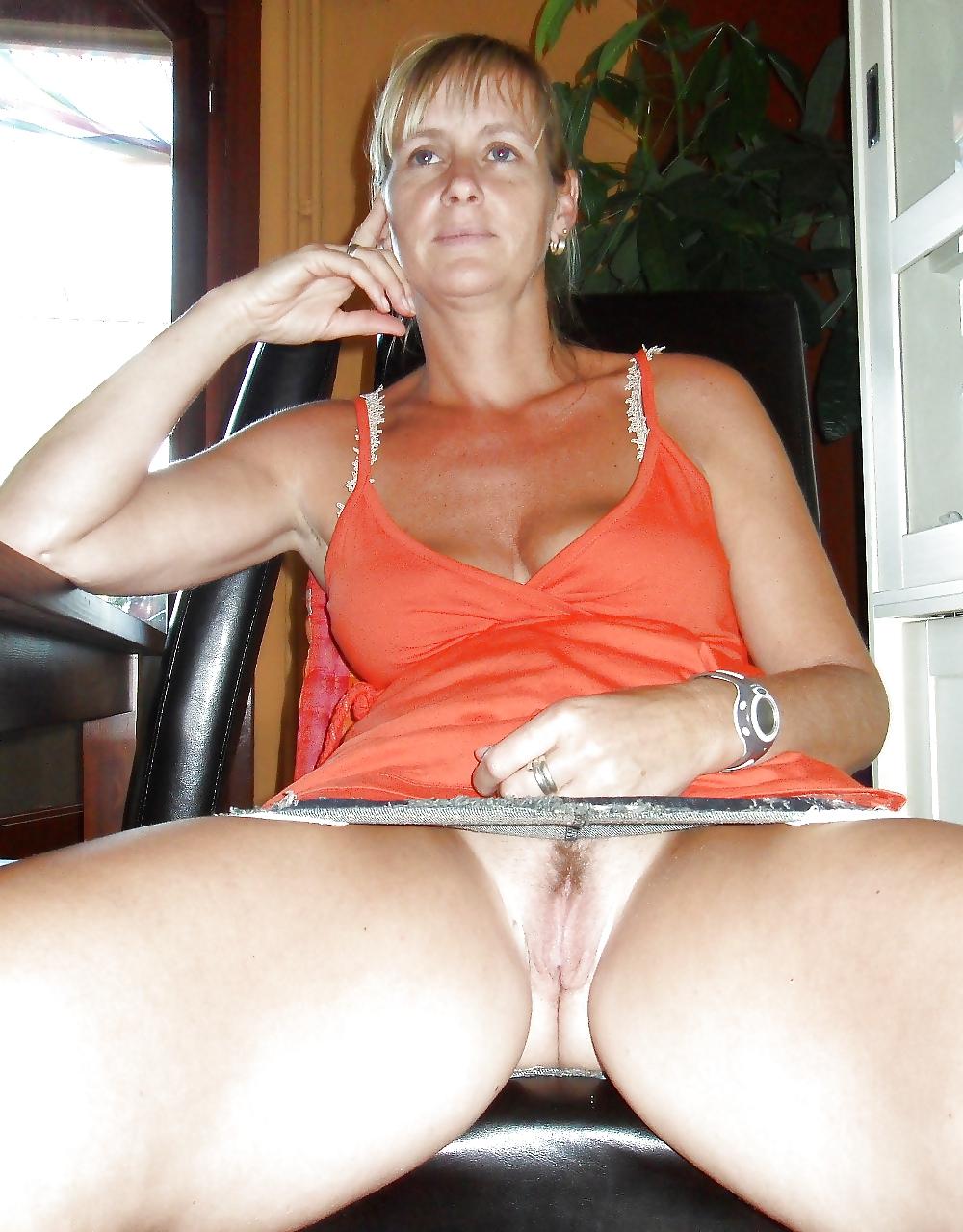 Nude hausfrau Hausfrau: 43,044