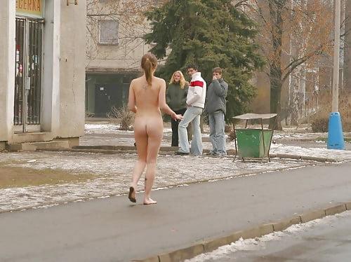 Бегает девушка нагишом по улице порно — 3